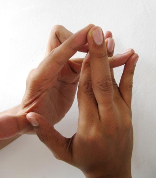 a bal kéz középső ujjának ízületi fájdalma)