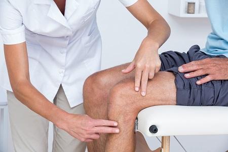 a csípőízület fájdalma a hasban jelentkezik