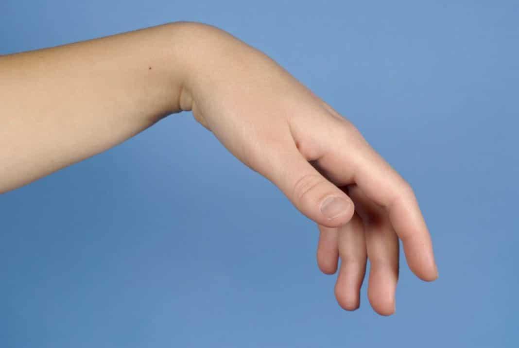 fájdalom a könyökízületben, amikor a kezét megnyomja