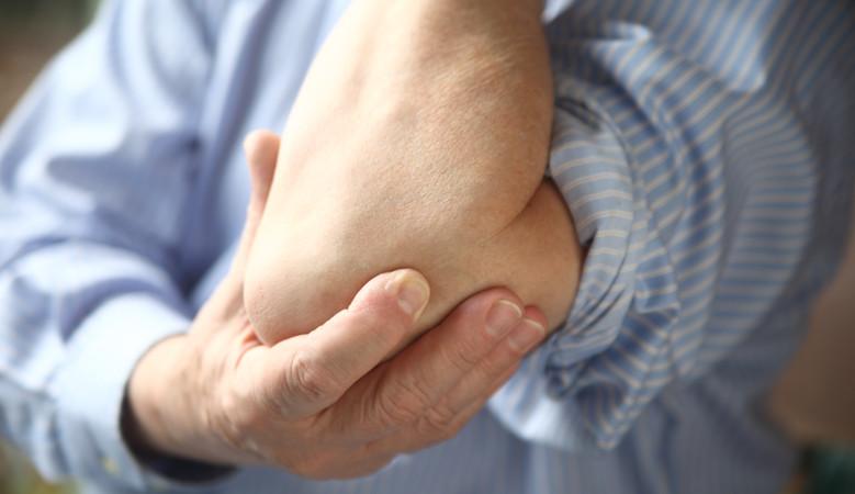 a könyökízület ízületi gyulladása okozza