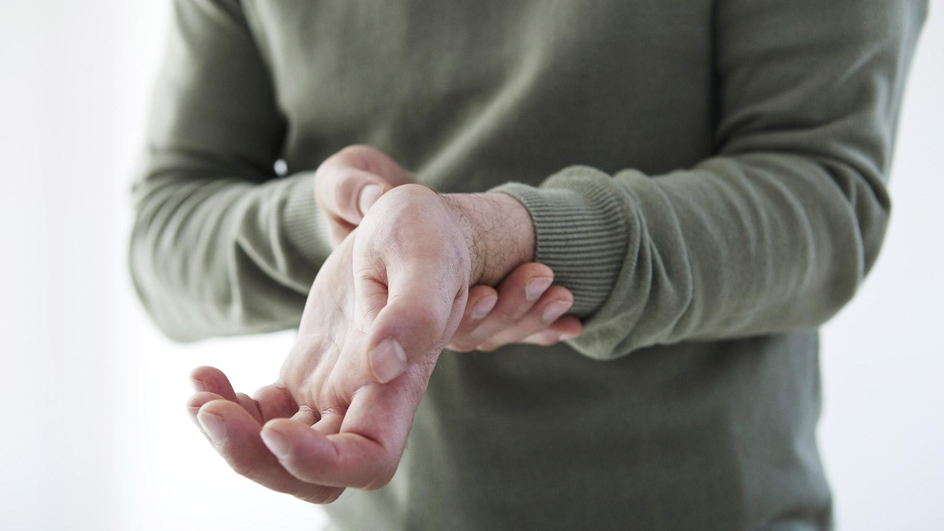 állandó kézfájás)
