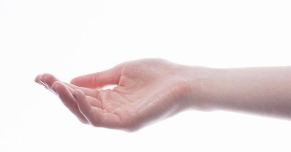 a kéz ízületei fájnak, az ujjak zsibbadnak)