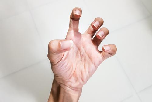 fájdalom az ujjak ízületein)
