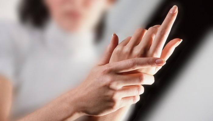 fájdalom a jobb kéz gyűrűujjának ízületében