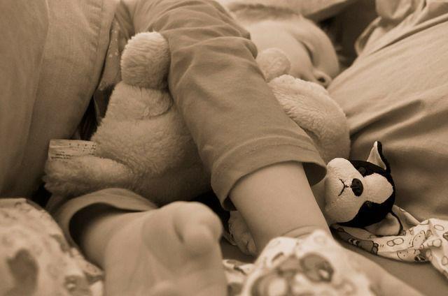 gyermek panaszkodik a térdfájdalomról)