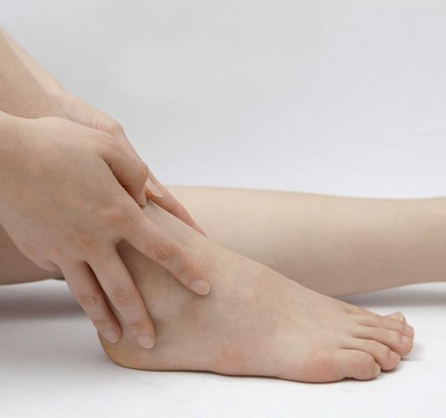 fájó lábak a boka reggel)