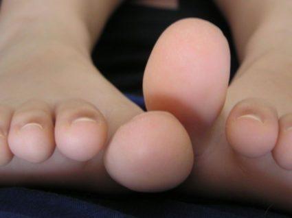 hirtelen fájdalom a nagy lábujjak ízületeiben