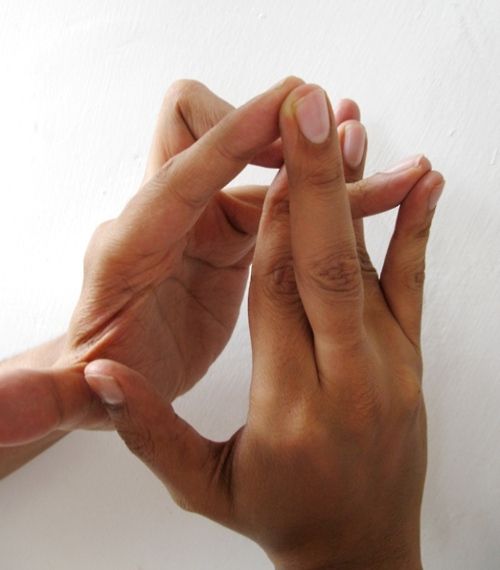 bal kéz középső ujjának ízületi fájdalma