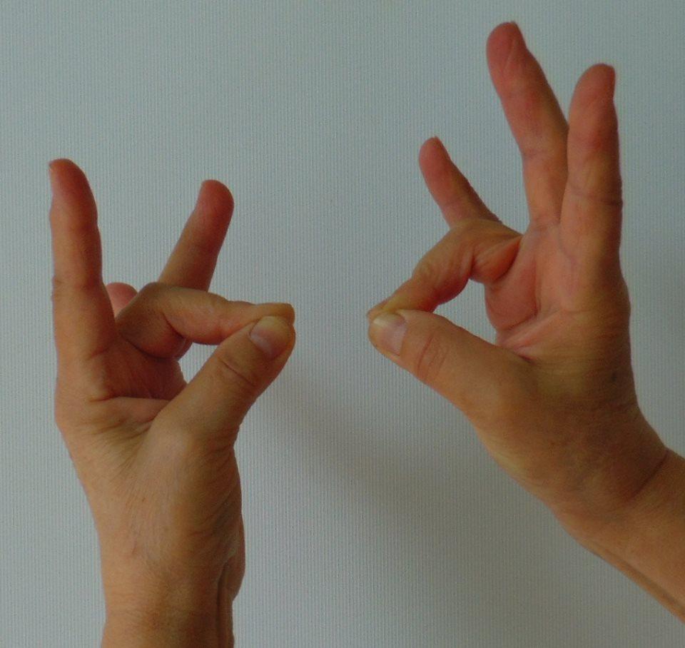 a középső ujj fáj az ízületben)