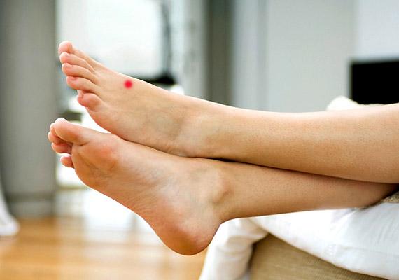 kezelje a második lábujj ízületét)