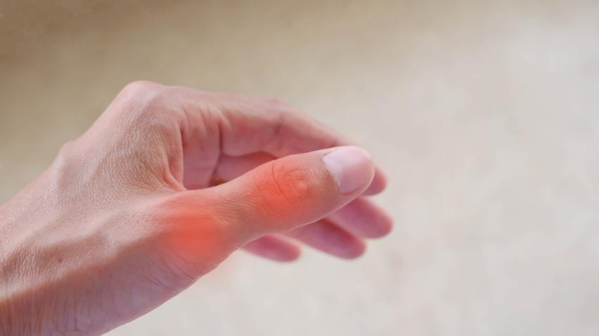 ízületi gyulladást és fájdalom-ingadozást figyelnek meg