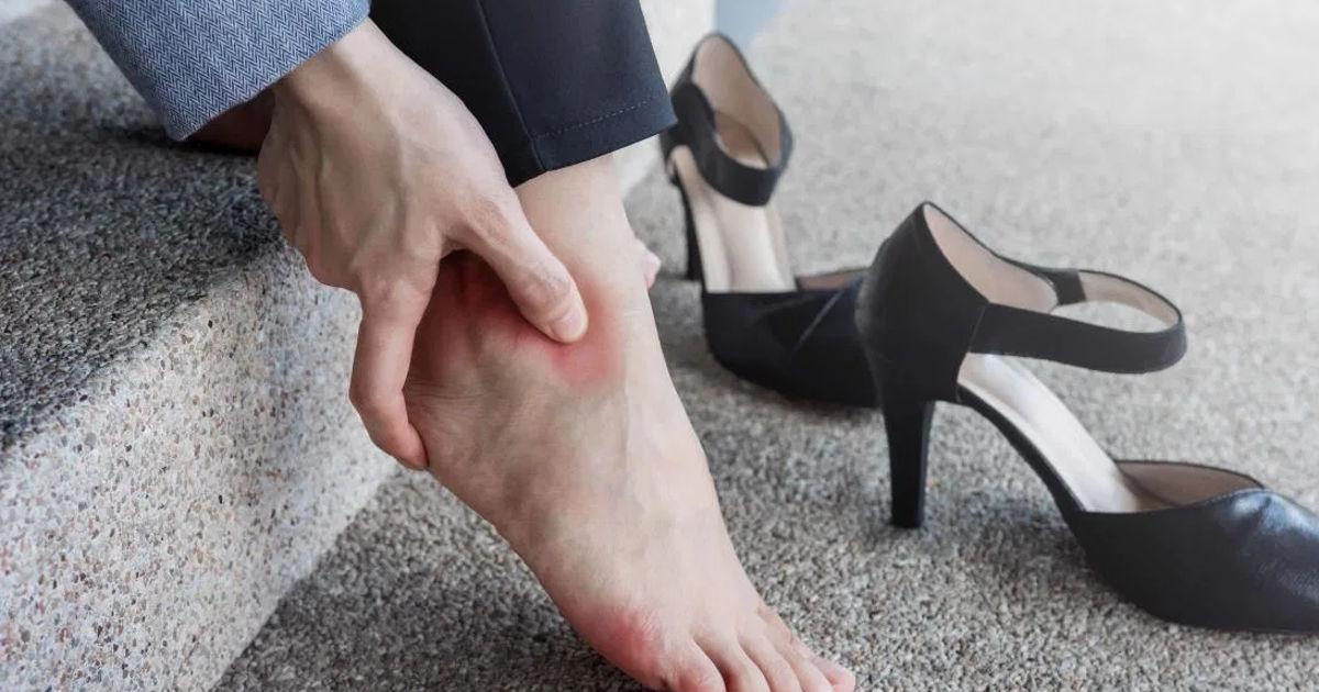 fájdalom a bokán, miközben feláll