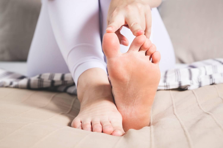 hogyan kell kezelni a nagy lábujj duzzadt ízületét hogyan lehet enyhíteni a lábak csípőízületeinek fájdalmát