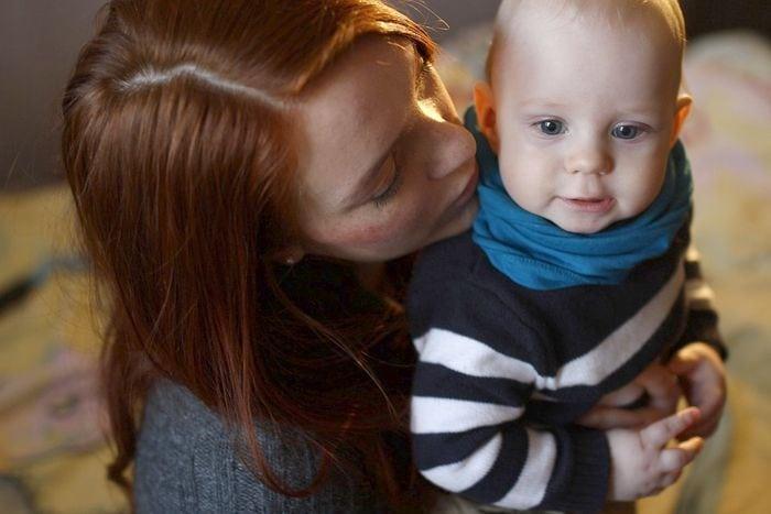 Csendben szenvedő anyukák: ízületi fájdalmak kisgyermek mellett