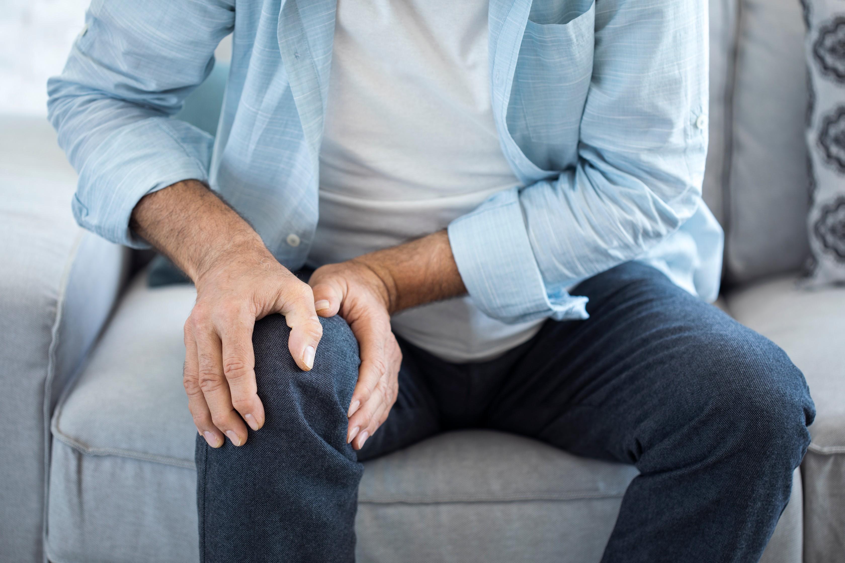 térdízületet kellemetlen érzés miatt összeráncolja torna ízületi gyulladás és ízületi gyulladás kezelésére