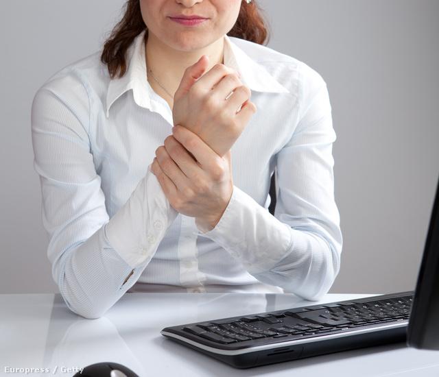 a csípőízületeket ülő munka miatt fáj)
